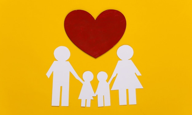 노란색에 붉은 마음과 함께 종이 행복 한 가족