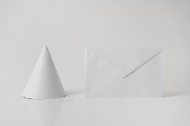 Cappello di carta accanto alla busta