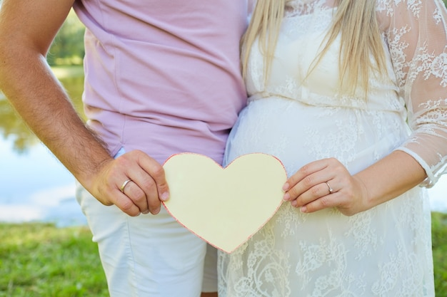 사랑하는 커플의 손에 종이 마음 가까이 개념 l