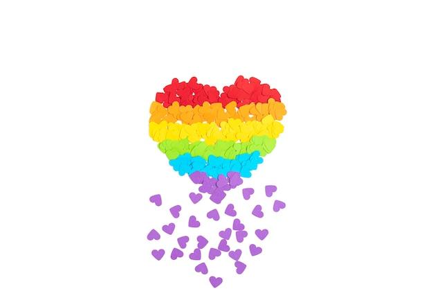 Lgbtゲイプライドの虹色のストライプのシンボルと紙のハート。愛、多様性、寛容、平等の概念