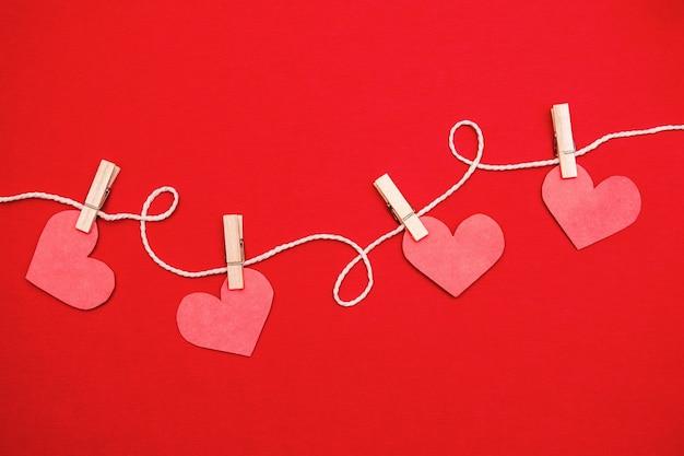 빨간색에 매달려 종이 마음. 발렌타인 데이 플랫 레이