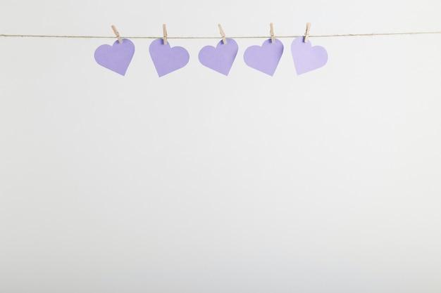 Бумажные сердца, висящие на веревке