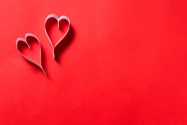 赤い背景に紙の心