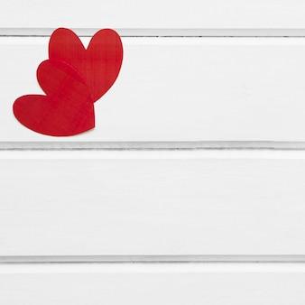 Бумажные сердца на белом фоне