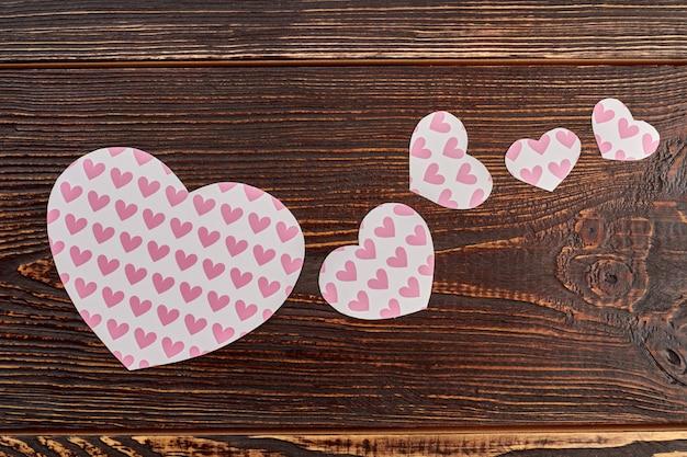 ハートのパターンを持つ紙のハート。バレンタインの休日のためのカラフルなハートのセット。お祭りの装飾のアイデア。
