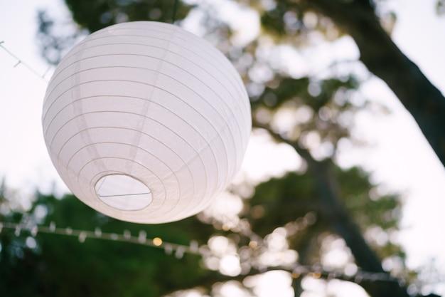 提灯は紙玉の花輪