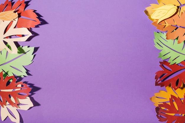 Opuscoli di carta sul tavolo viola