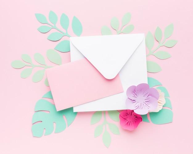 紙葉飾りと結婚式招待状