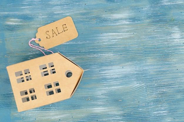 Бумажная модель жилого дома с биркой продажи