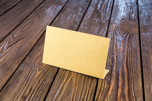 오래 된 나무 테이블에 종이 명찰