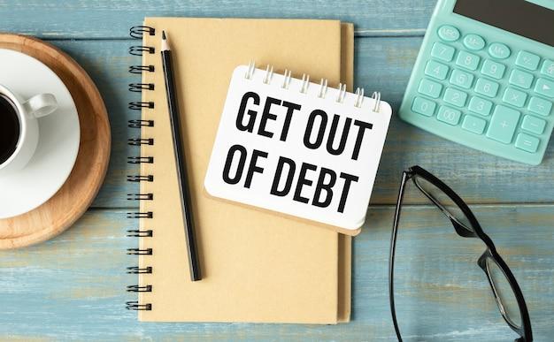 テキスト付きの紙のメモgetout of debt