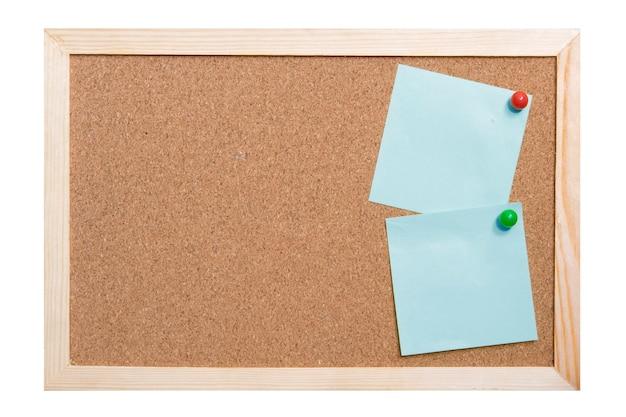 コルクボードに粘着性のある紙幣。古い木枠の紙に注意してください。