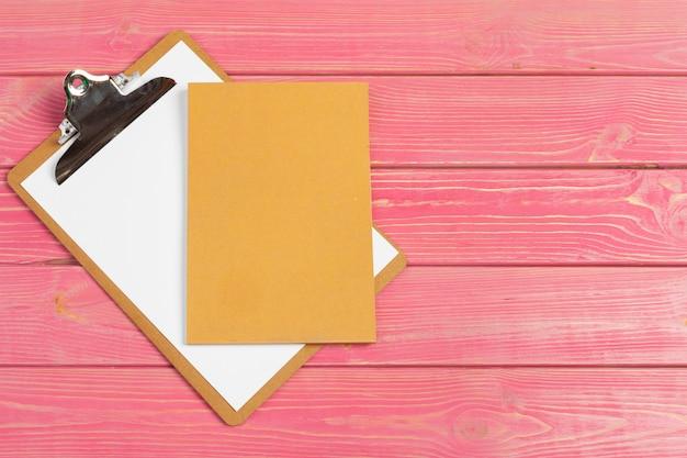 Бумага в макете буфера обмена. современное рабочее место женщины