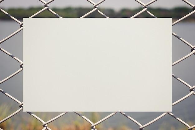 Бумага на металлическом заборе