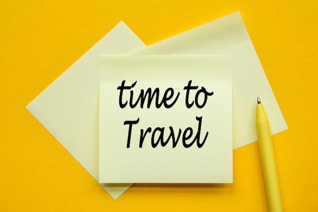 黄色の背景にテキスト付きの紙旅行時間