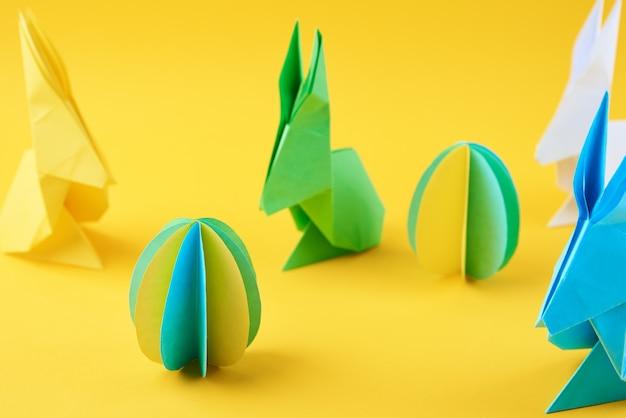 종이 접기 부활절 토끼와 노란색에 색된 달걀
