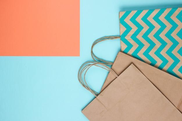 파란색 배경에 종이 패키지. 쇼핑 중독 쇼핑 패션. 뷰티 개념.