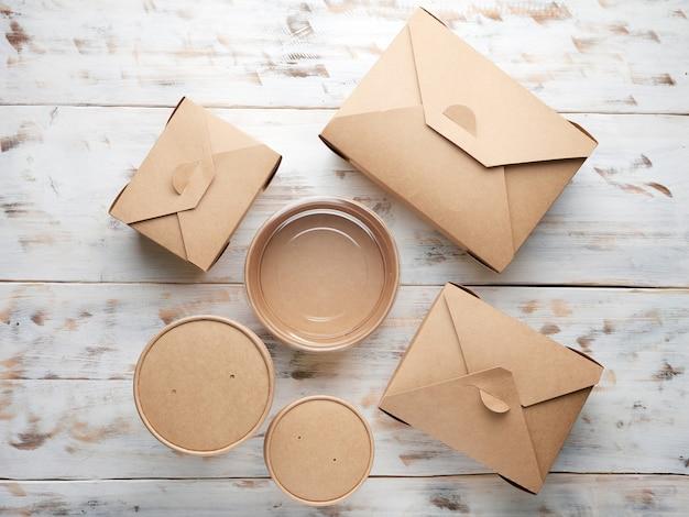 木製で隔離された持ち帰り用食品の紙包装