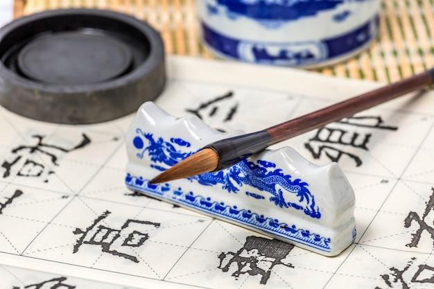 Vernice bianca della scrittura a mano dell'etichetta della penna della carta