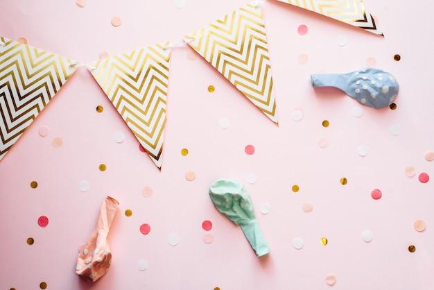 紙ペナントガーランド、風船、紙吹雪