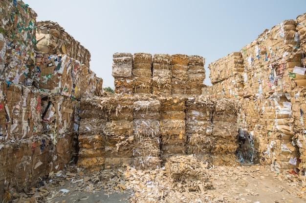 リサイクル産業の製紙工場での紙の山と段ボール Premium写真