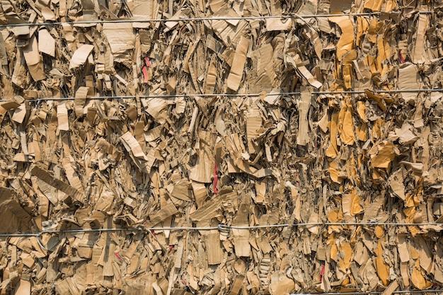 リサイクル産業の製紙工場での紙の山と段ボール
