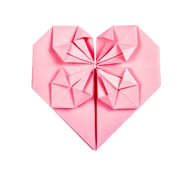 白い背景の上の紙ピンクのハートの折り紙