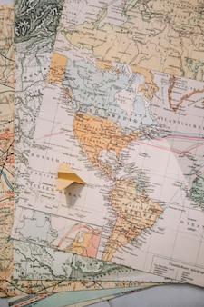 지도에 종이 비행기