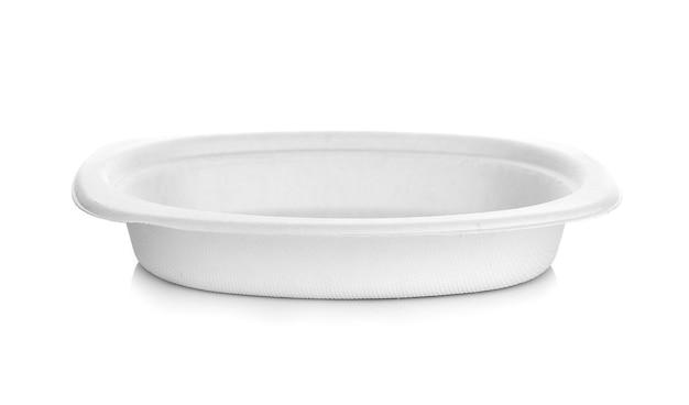 白い背景の上の紙皿