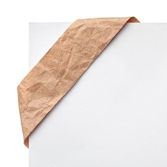 종이 리본 책갈피 또는 레이블 태그. 공예 코너 흰색 배경에 구겨진 종이.