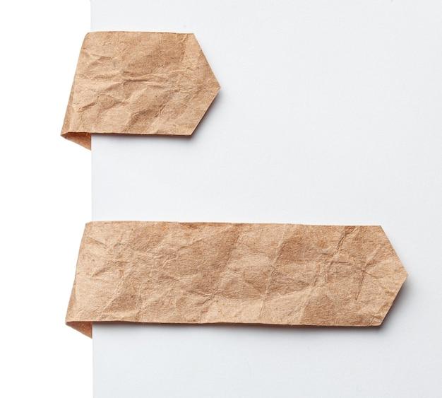 종이 리본 책갈피 또는 레이블 태그. 흰색 배경에 구겨진 종이를 만드세요.