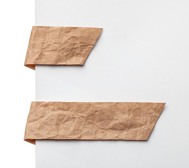 紙リボンブックマークまたはラベルタグ。白のしわくちゃの紙をクラフトします。