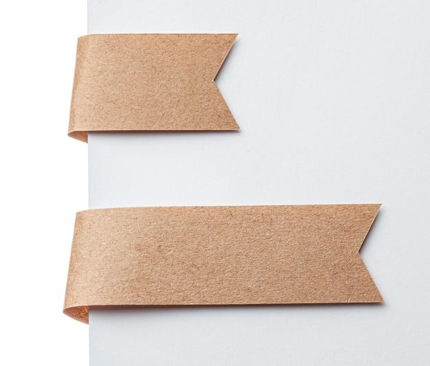 종이 리본 책갈피 또는 레이블 태그. 흰색 바탕에 공예 종이입니다.