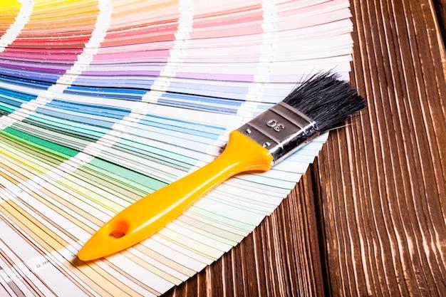 絵画の壁の色を選択するためのブラシ付きの紙サンプルパレット