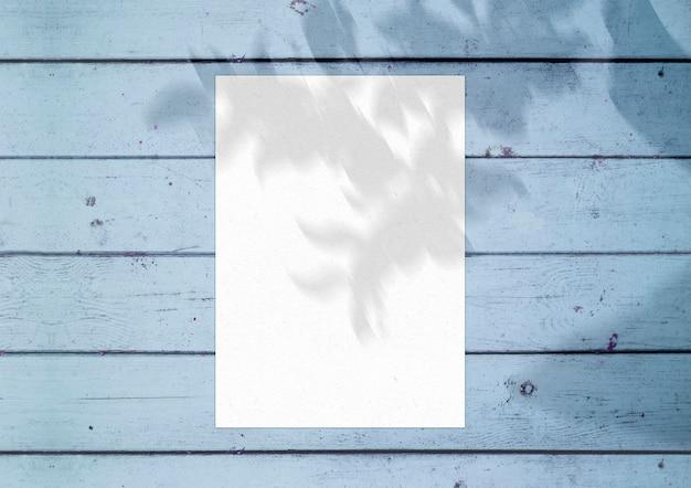Foglio di carta sulla superficie di legno blu
