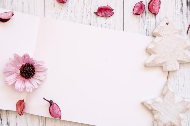Лист бумаги с орнаментом
