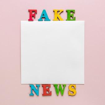 フェイクニュースメッセージ付きの紙シート