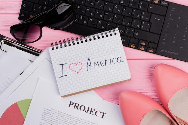 私はアメリカと女性の靴が大好きなテキスト付きの紙シートサングラスと明るいピンのコンピューターキーボード...
