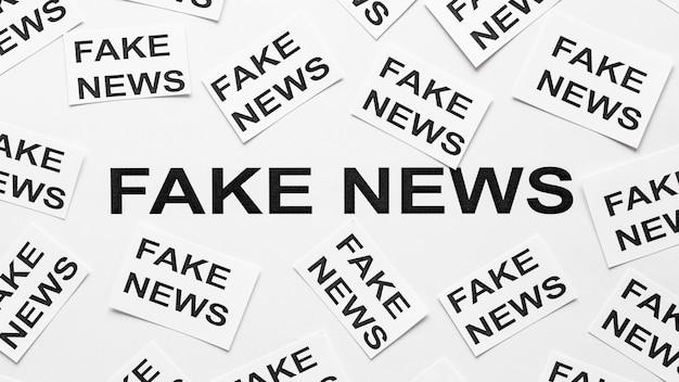 偽のニュースメッセージが書かれた紙のシート