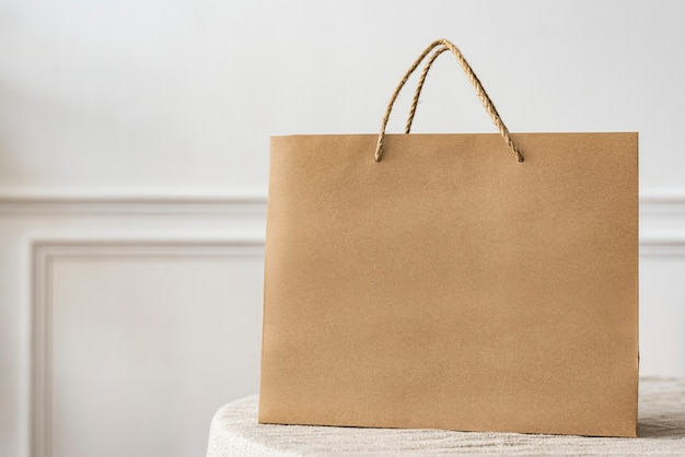 Shopping bag di carta in un appartamento luminoso