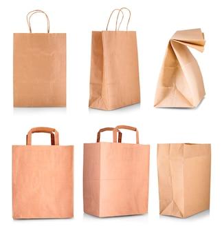 Бумажная хозяйственная сумка изолирована на белом