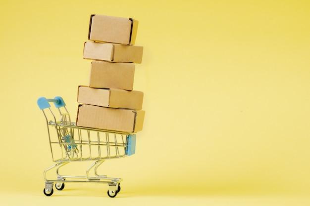 ショッピングカート内の紙のショッピングバッグ