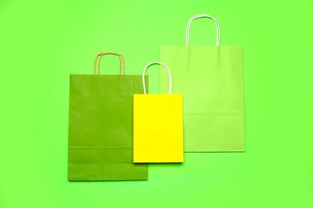 カラーの紙の買い物袋