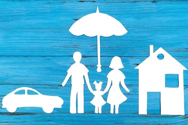 傘の下で家族の紙のシルエット