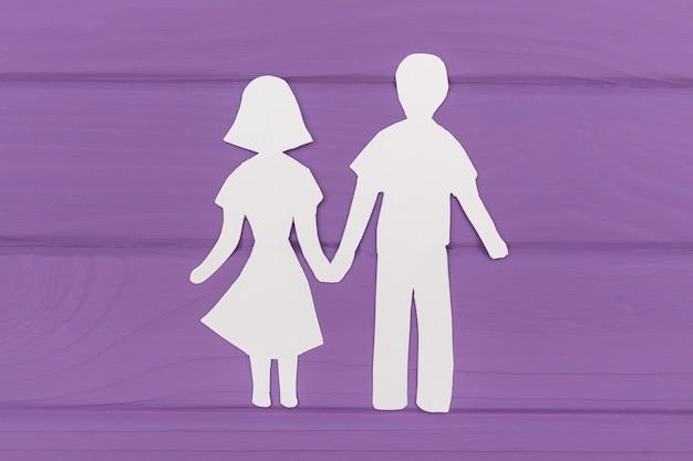 男と女が手を繋いでいるの紙のシルエット