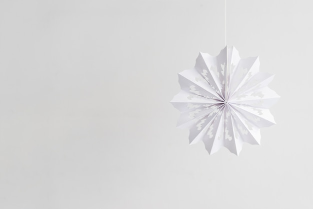 Fiocco di neve di carta appeso sulla corda