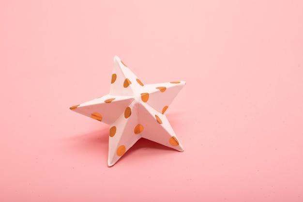 분홍색 배경에 종이 별
