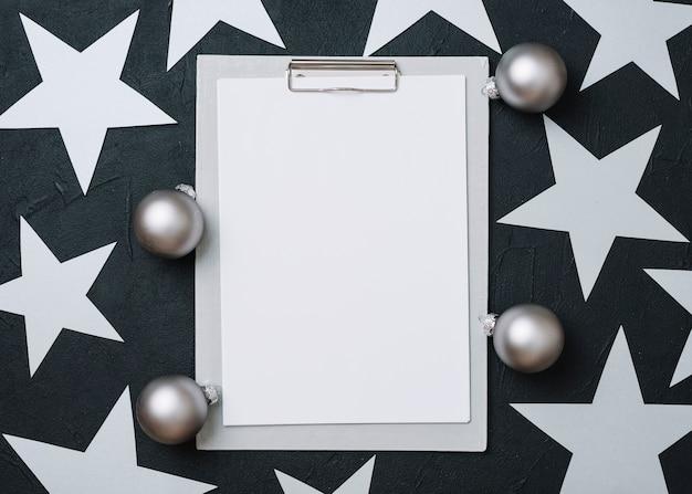 テーブル上のクリップボードで紙の星
