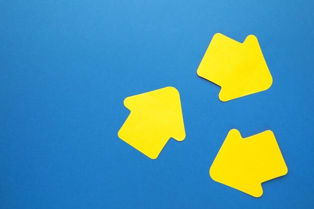 파란색 배경에 화살표 모양의 종이 스티커 메모