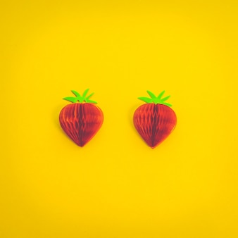 黄色の背景に紙のイチゴ紙の果物のモックアップ